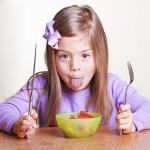 Djeca ne znaju kako se moraju ponašati za stolom, podučite ih uz igru i podsjetnik iznad kuhinjskog stola