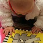 Od najranijih dana dozvolite djetetu igru s knjigama